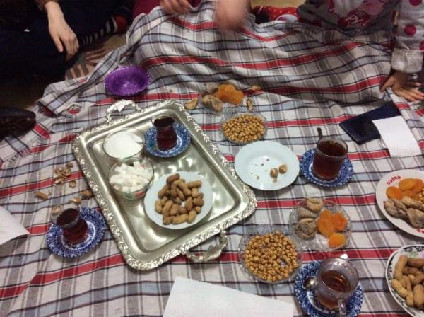 リビングで集まった最初の晩のチャイ。グラスが熱々で取り落しそうになる。トルコのチャイの器には取っ手がない。