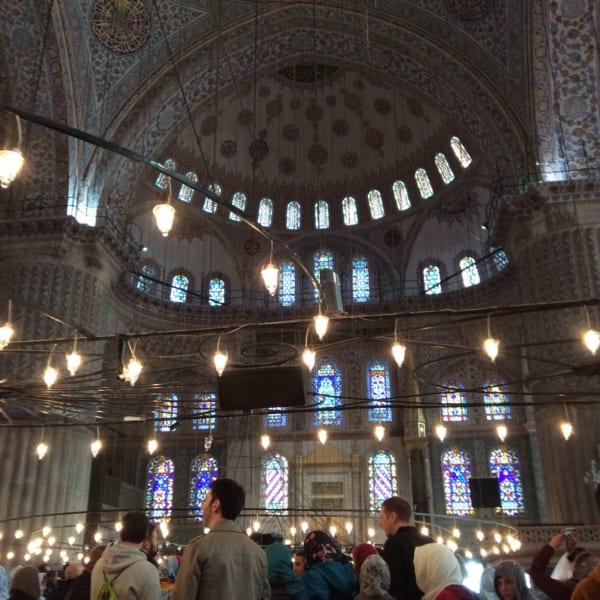 ブルーモスク(スルタン・アフメトモスク)は、イスタンブールを代表する歴史的建造物のひとつ。観光客もスカーフを巻いて髪を隠して中に入る。