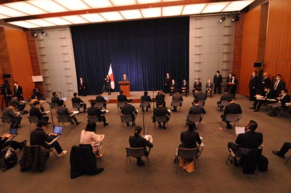 コロナ禍、密を避ける必要はわかる。しかし緊急事態下の一国の首相会見にしては寂しい……。(撮影/小川裕夫)