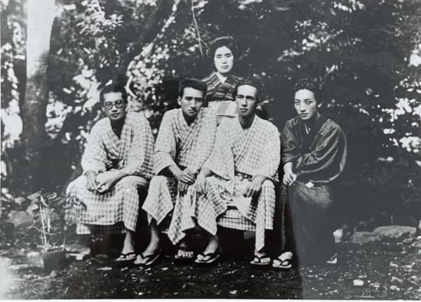 左から檀一雄と太宰治。温泉旅行に行くほど仲良しのふたりだったが……。(画像提供/日本近代文学館)