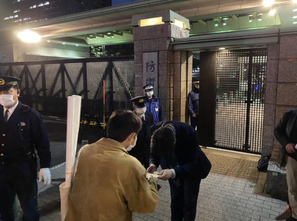 3月27日、デモ主催者から防衛省職員に要請書が手渡された。(撮影/畠山理仁)