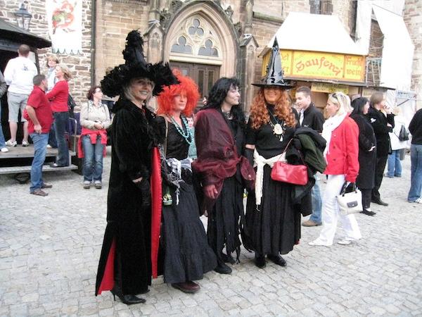 4月30日は魔女たちが勢ぞろいする日。(ハルツ地方・ヴェアニゲローデにて筆者撮影)