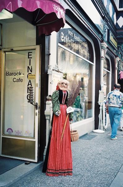 町には魔女グッズを扱う店もある。「ようこそ」と魔女がお出迎え。(ハルツ地方・ヴェアニゲローデにて筆者撮影)