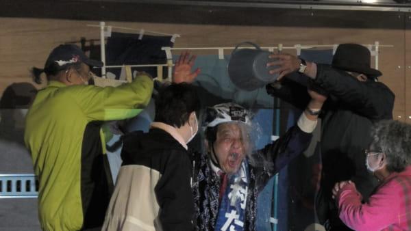 当選した河村たかし氏。選挙に勝った際の恒例「儀式」として、氷水を頭からかけてもらっている。(撮影/畠山理仁)