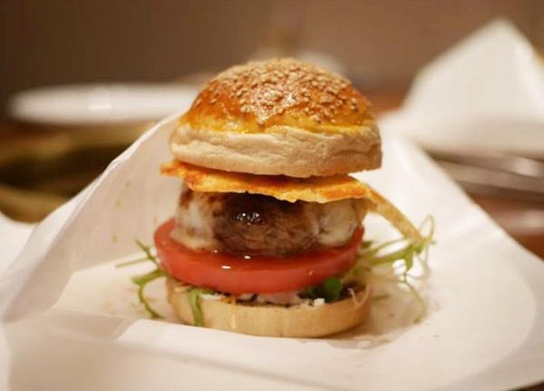 出来たて熱々でテーブルに登場する絶品ハンバーガー
