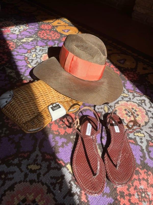 かごバッグ、サンダル、帽子で夏のコーディナート