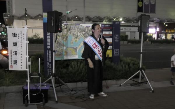 着流しの服部候補の演説では自由を感じた。(撮影/畠山理仁)