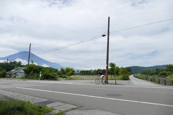 フラットな山中湖畔の道