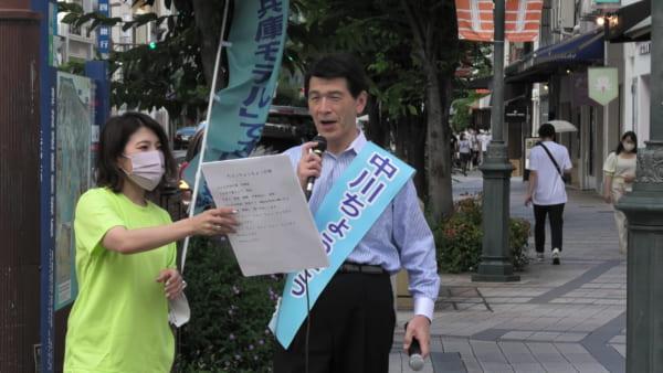オリジナルソングを歌う中川候補。ご本人は「選挙は苦業」と言ってきたが、周りで見ていると、とても楽しそうな雰囲気が伝わってくる。子どもを連れた若いママさんたちも選挙を手伝っていた。(撮影/畠山理仁)