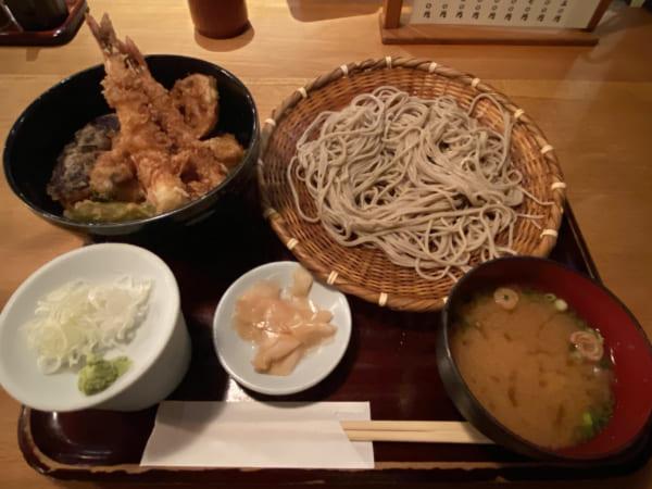 緊急事態宣言下で日々感染者数が増加していた横浜。残念ながら中華街などでの食事を満喫することはできなかった。唯一お店で食べたそばと天丼。(撮影/畠山理仁)