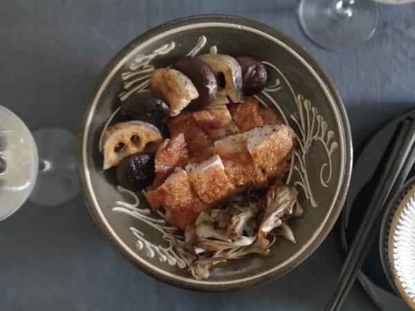 奥村忍さんが店主を務める「みんげい おくむら」にて購入した八寸のイッチン。『土を編む日々』では夏の頁に登場。天ぷらを盛っています。