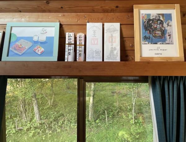 サブカル臭強めな山の家の神棚(に見立てた窓のカーテンボックス)