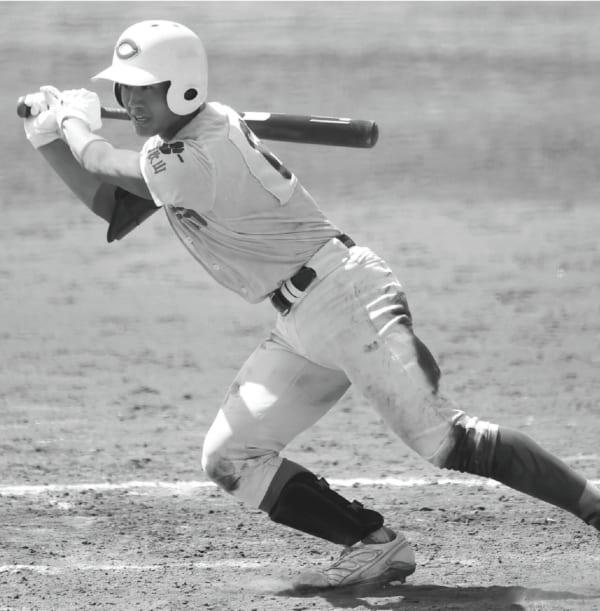 夏に開催された和歌山県高校野球大会の決勝。初芝橋本戦でタイムリーヒットを放つ細川選手。©産経新聞社